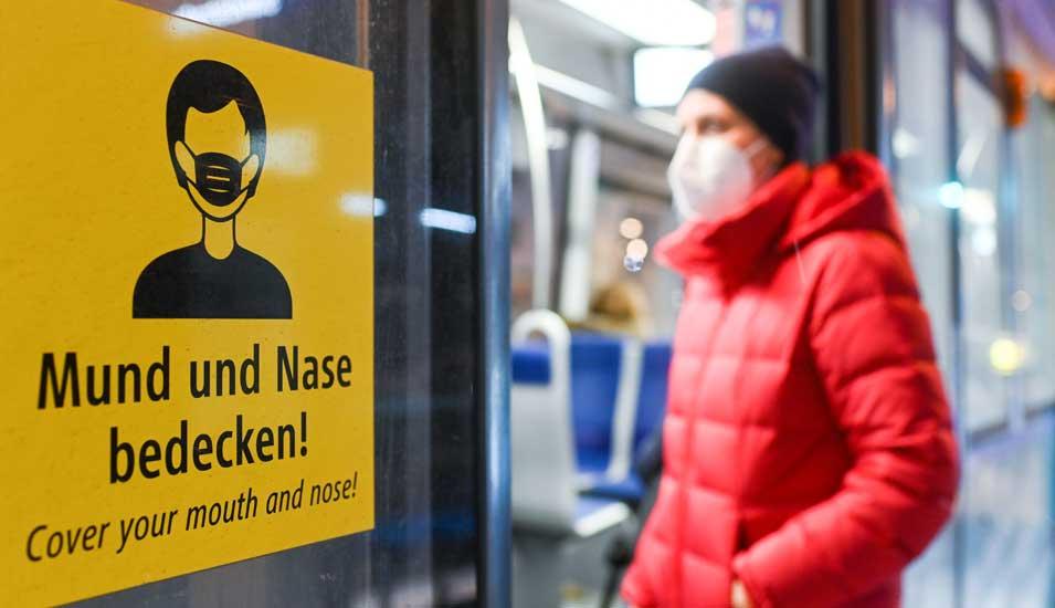 Person steigt mit FFP2-Maske in Bahn ein