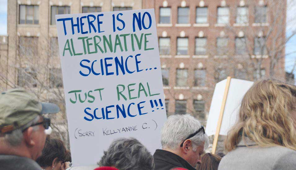 "Demonstrierende mit Protestplakaten für ""real science"""
